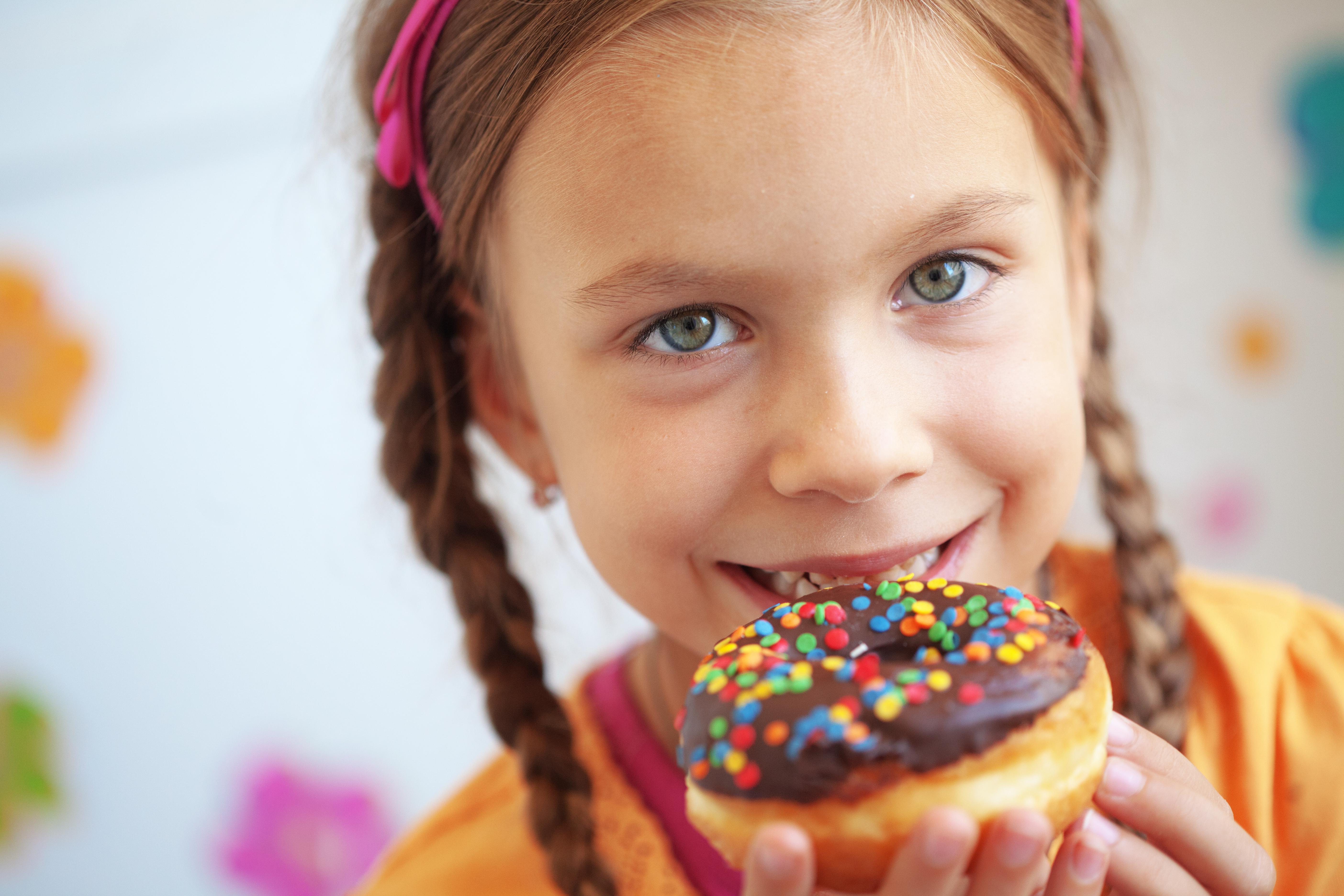 Tillgängligheten för ohälsosam mat och dryck nästan överallt spelar in när det kommer till barns övervikt.