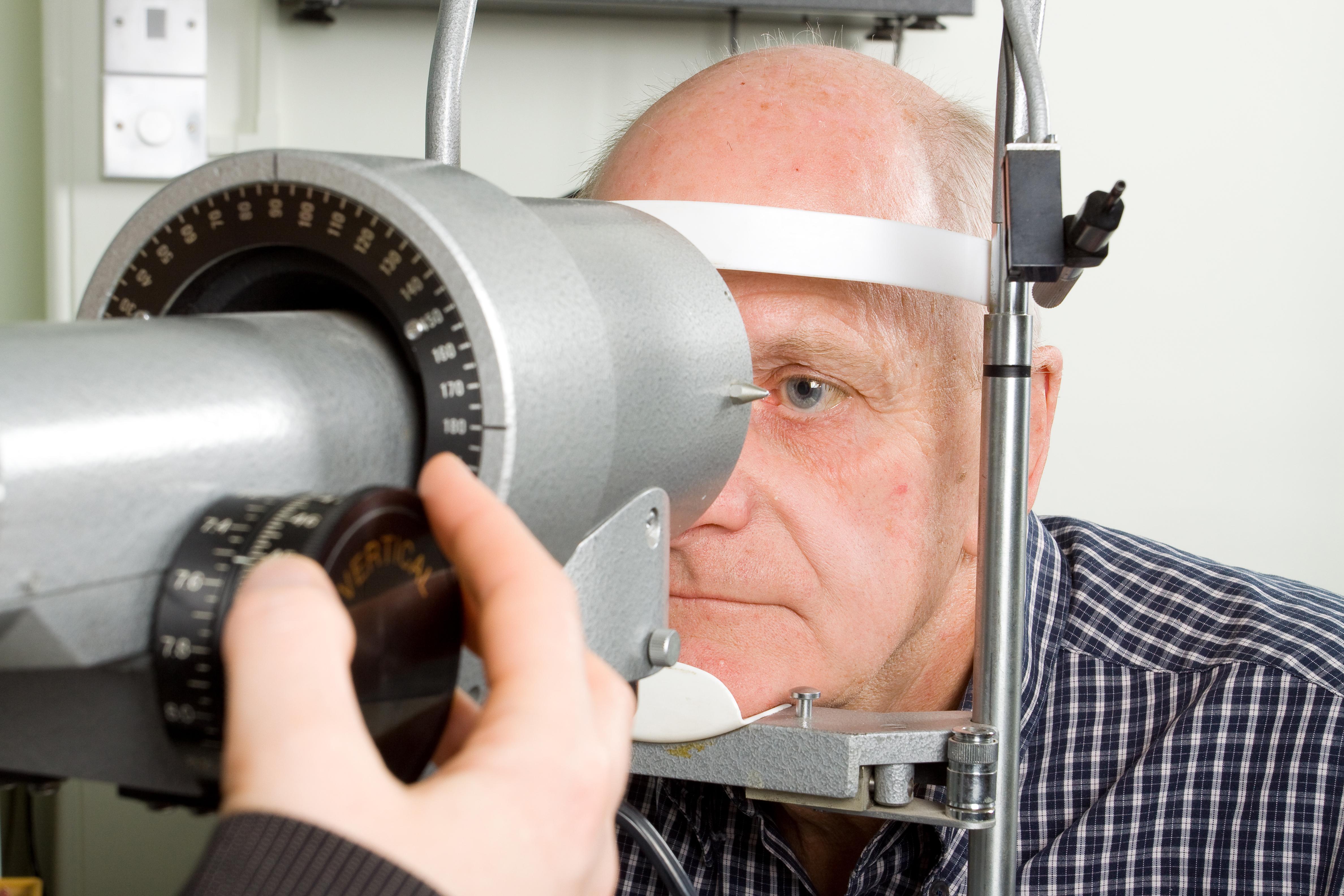 Behandlingen vid glaukom syftar till att sänka trycket i ögat och på så sätt fördröja och förhindra att synnervsskador utvecklas eller förvärras.