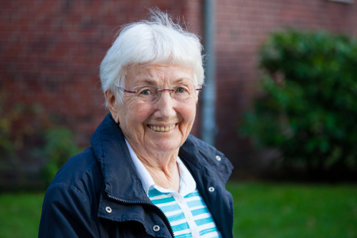 Personer över 70 bör undvika onödig fysisk kontakt med andra just nu men om man känner sig pigg och frisk finns inget hinder för en promenad!
