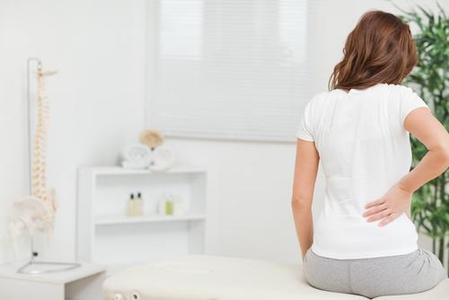 Att ha ont i ryggen, ofta i ryggslutet, och att smärtan blir värre på natten är typiska symptom för inflammatorisk ryggsjukdom.