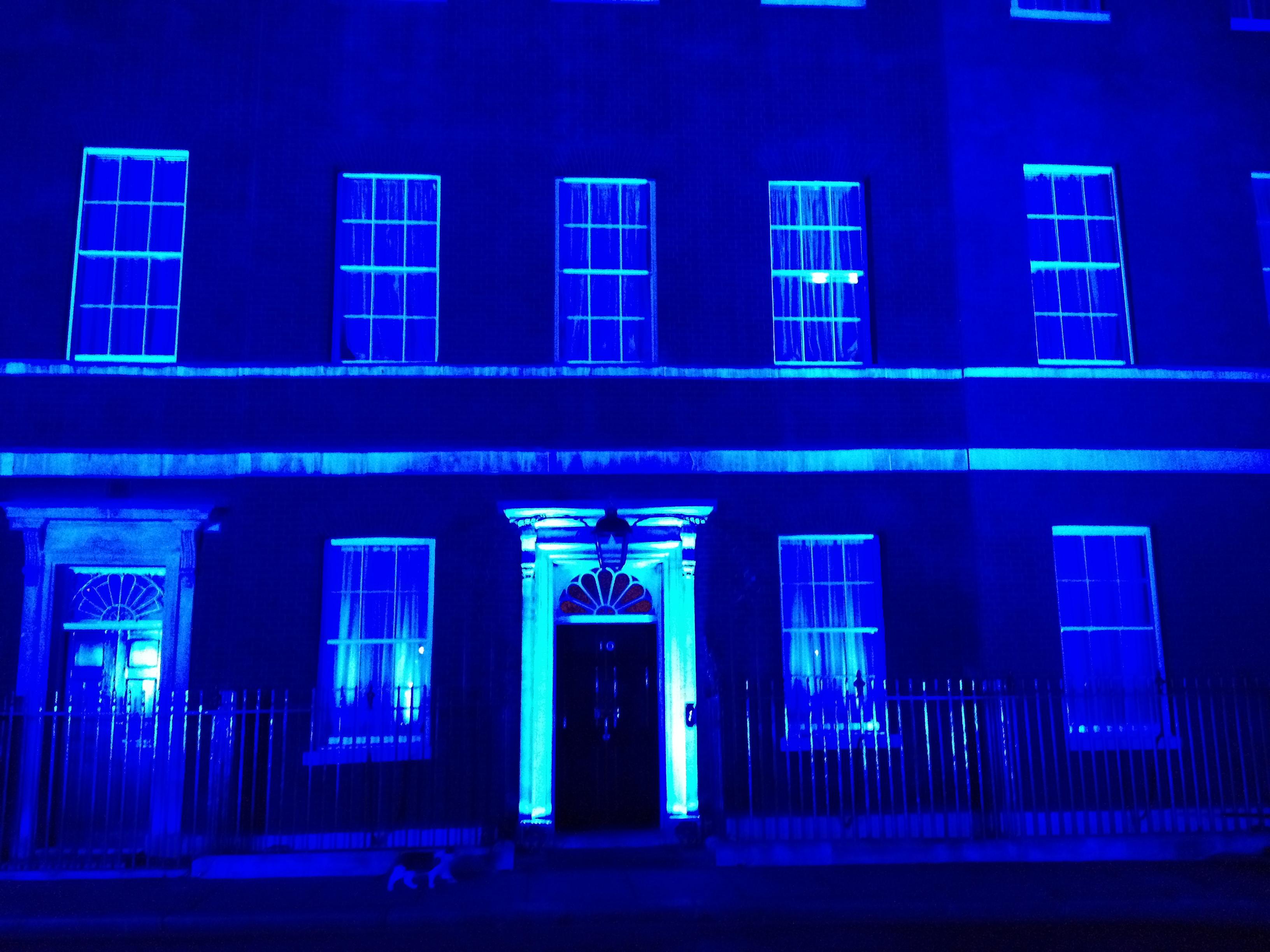 Den engelska premiärministerns bostad, 10 Downing Street, belyst i blått för att uppmärksamma Världsdiabetesdagen den 14 november.