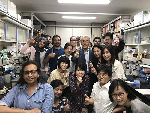 Såhär glad blev Tasuko Honjo när han fick beskedet att han fått årets Nobelpris i fysiologi eller medicin. Här omgiven av hela sitt team vid universitetet i Kyoto. Foto: https://twitter.com/NobelPrize