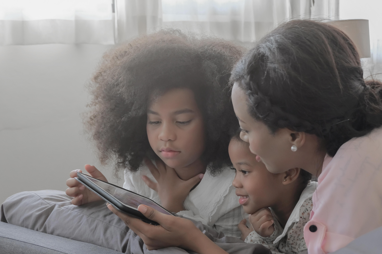 Håll dig välinformerad men ta också en paus från all rapportering. Hjälp barnen med skolan eller gå på museum virtuellt.