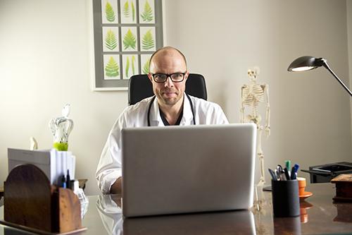 Kenneth Ilvall, specialist i allmänmedicin, tar emot patienter via videolänk. Bild: Christofer Dracke/Creative Commons