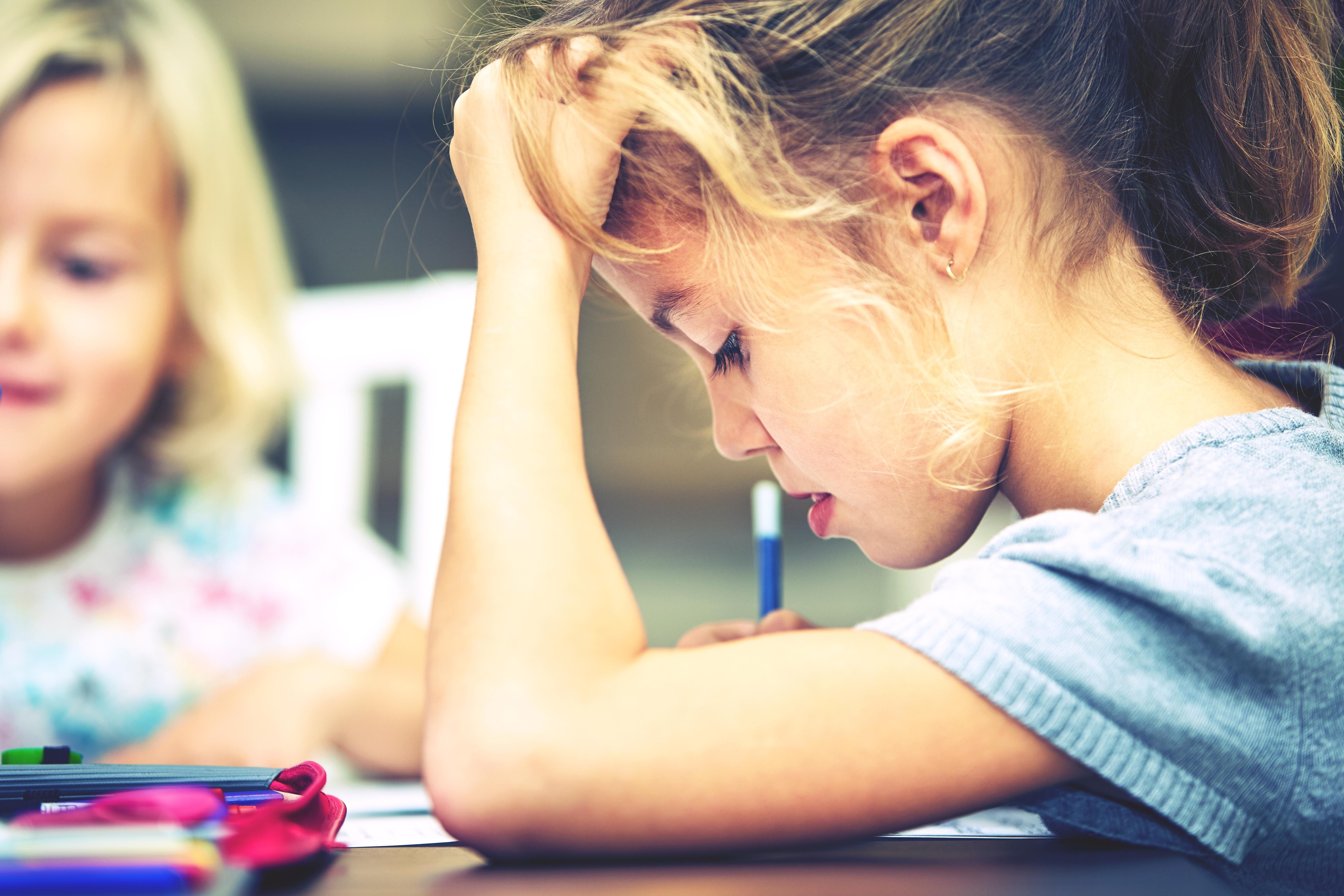 Symtomen på Tourettes syndrom visar vanligen tidigt, ofta redan i förskoleåldern. Skolstaren kan vara en svår period för de som har funktionsnedsättningen.