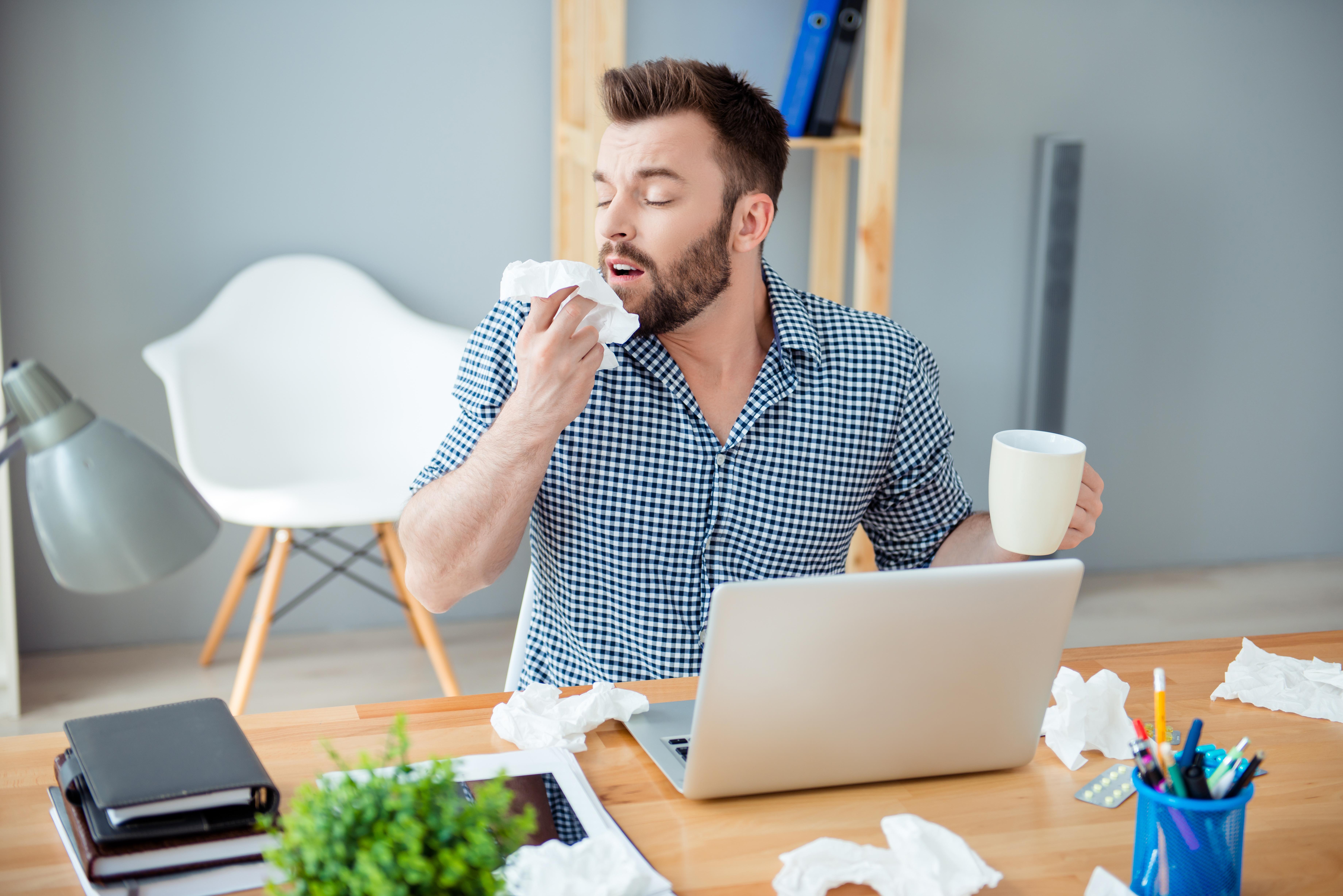 Du som är förkyld bör undvika kontakt med friska personer. Du gör ingen på jobbet en tjänst om du i 38,5, eller högre, graders feber släpar dig till jobbet.