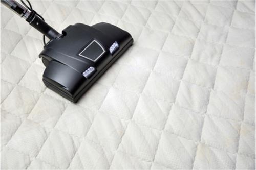 Att dammsuga madrassen ofta, helst varje vecka, är en viktig förebyggande åtgärd för att hålla mängden kvalster nere.