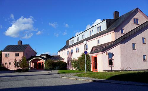 Vidarkliniken i Järna erbjuder alternativ behandling enligt antroposofin och har varit föremål för både debatt och kontroverser genom åren.