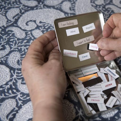 Många har svårt att sätta ord på sina känslor. En liten ask med känslomagneter kan vara en hjälp att reda ut begreppen. Foto: Jessica Gow/TT