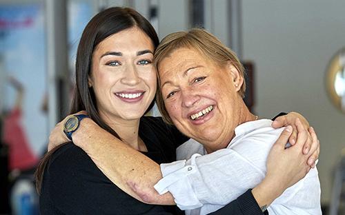 Eva Karlsson (höger) och hennes räddande ängel, och Årets hjärt-lungräddare, Nicole Kukuruzovic . Foto: Mats Samuelsson