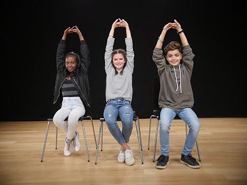 I yoga får barnen röra på kroppen i alla riktningar, de får träna på stillhet och avslappning och utforska ett inre lugn.