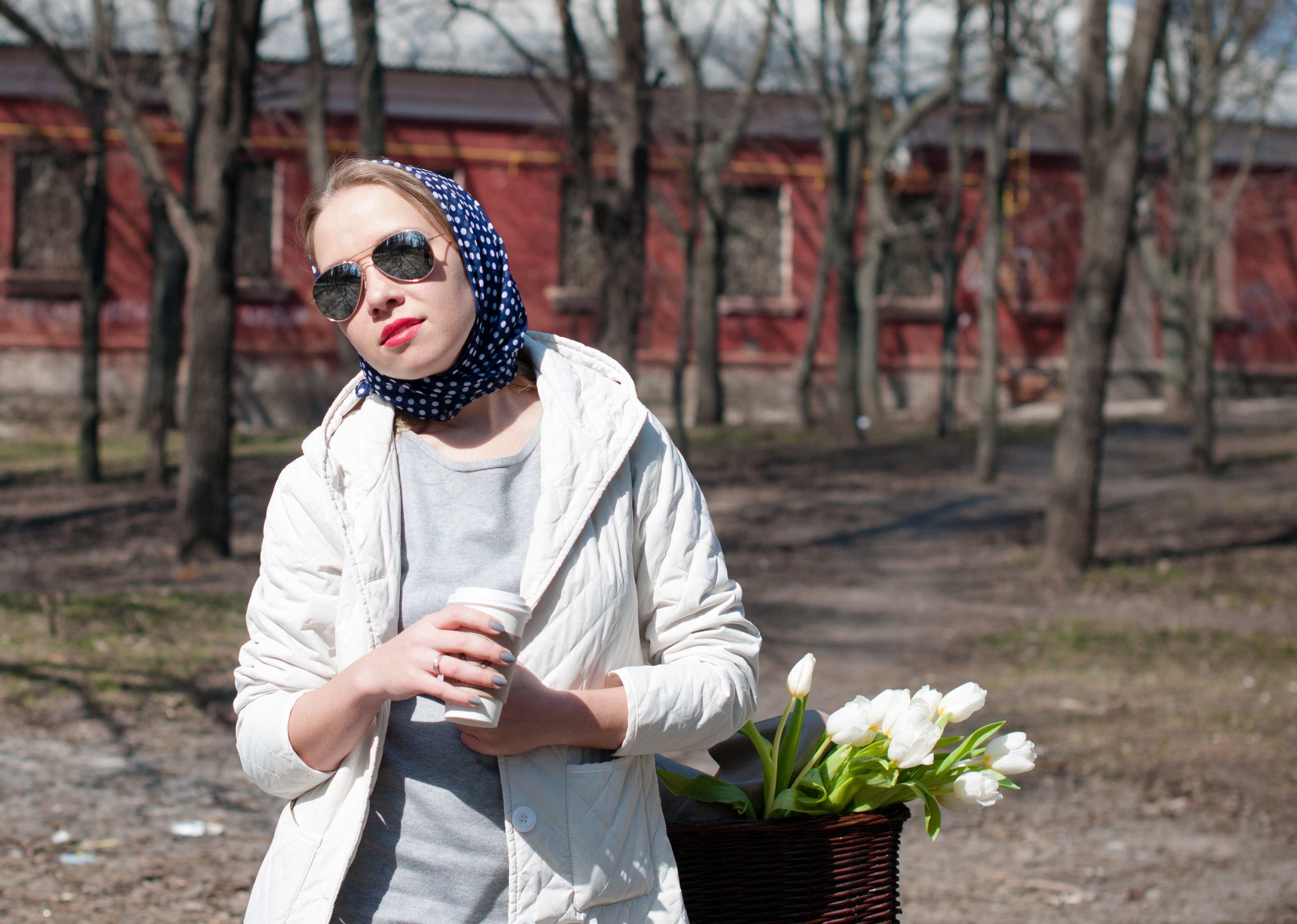 Docent Pelle Lindqvist menar att vi bör sola dagligen och sola kort mitt på dagen, till exempel ta lunchkaffet i solen.