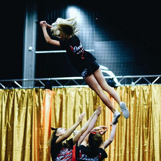 Cheerleading handlar om att ett lag till musik i flera mindre grupper, samtidigt gör olika bygg med lyft och kast, danssteg, gymnastik och ibland ropas det ramsor. Foto: Ida-Maria Lehto