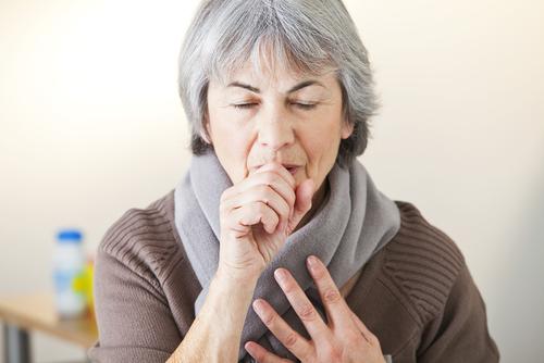 De allra vanligaste symtomen för cystisk fibros är att man hostar mycket, särskilt på nätterna och morgonen.