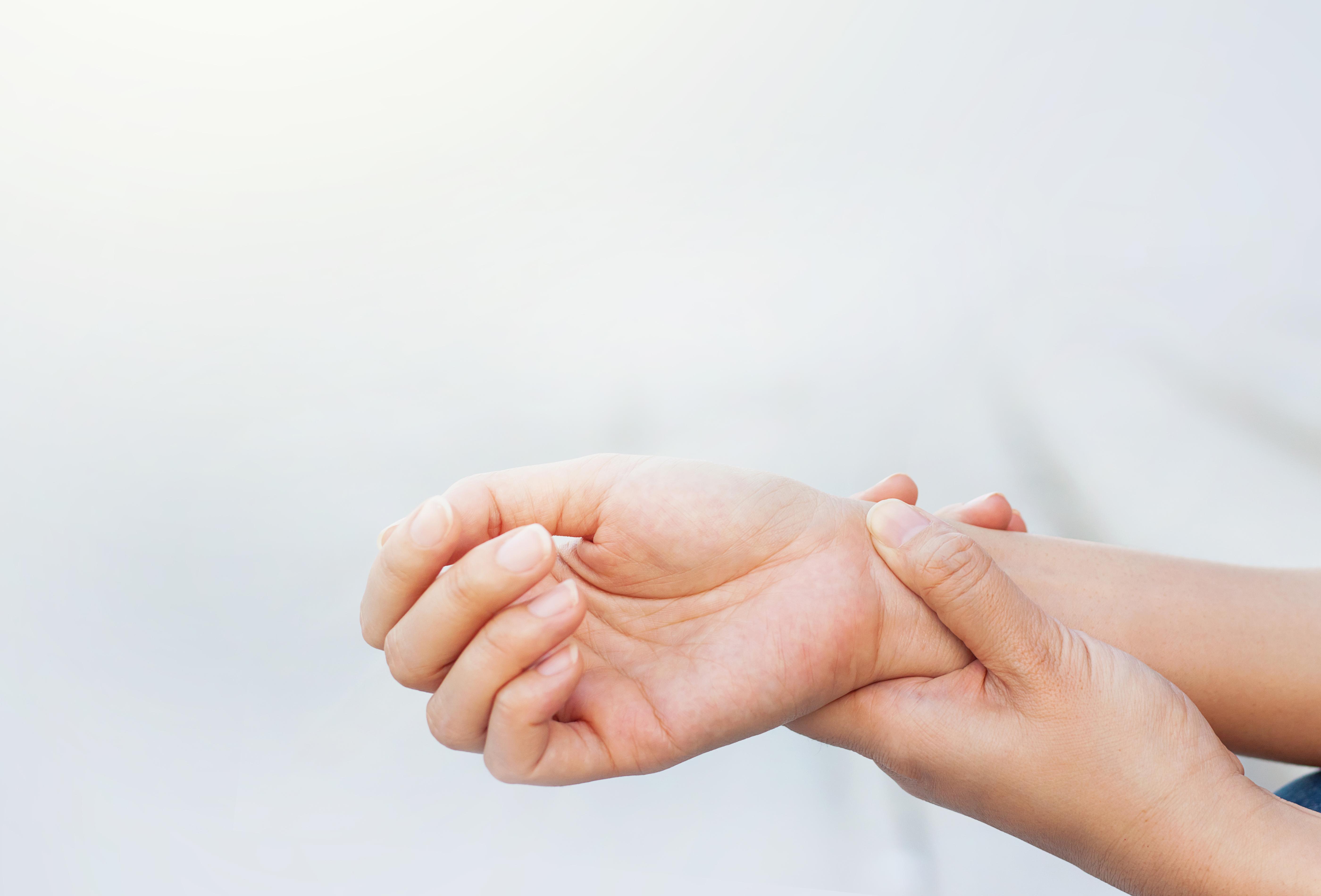 Handledens kringliggande område är fullt av senor, senfästen och senskidor som ibland kan bli inflammerade.