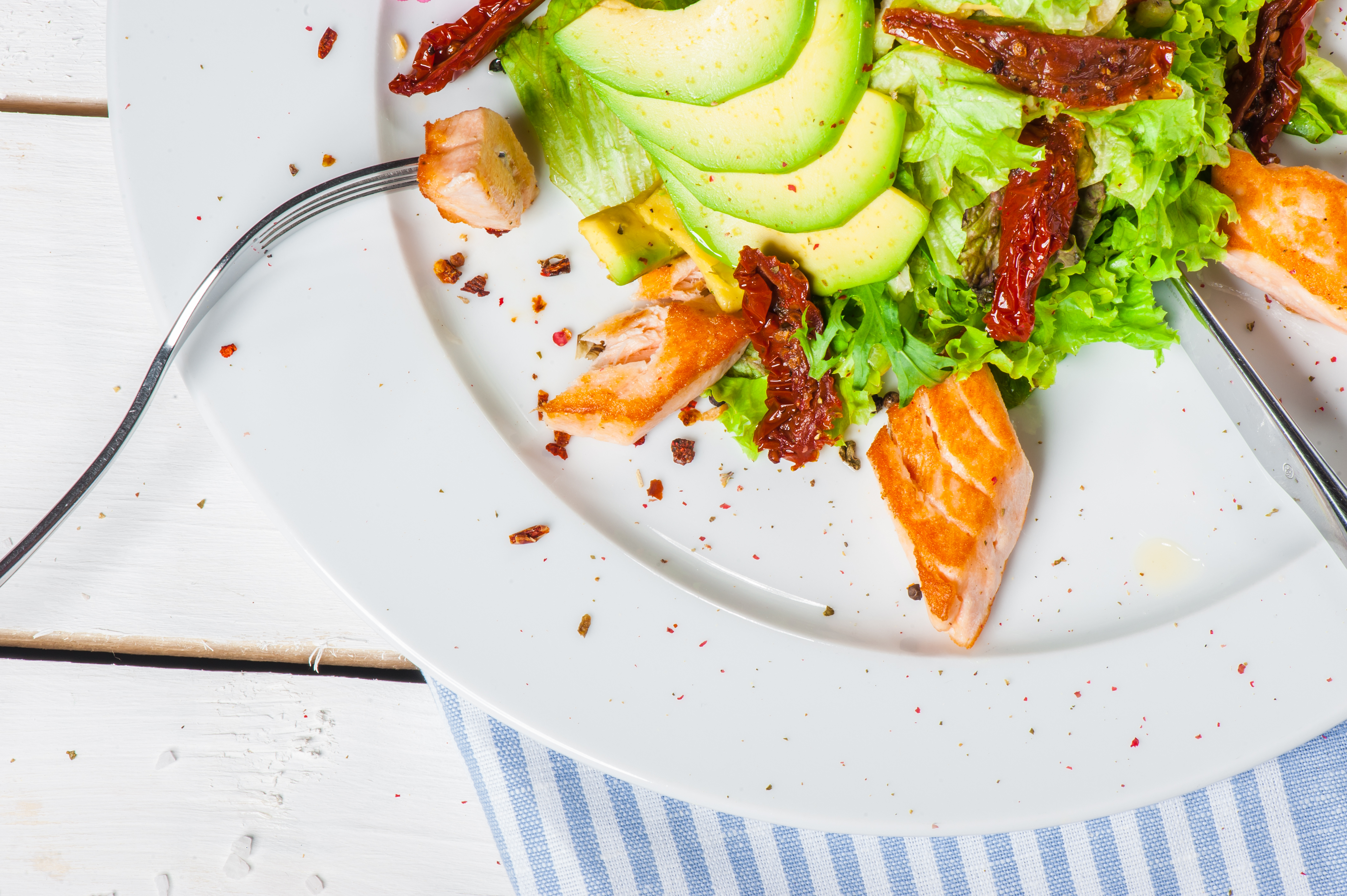 Avokado  och lax är livsmedel rika på fleromättade fetter.