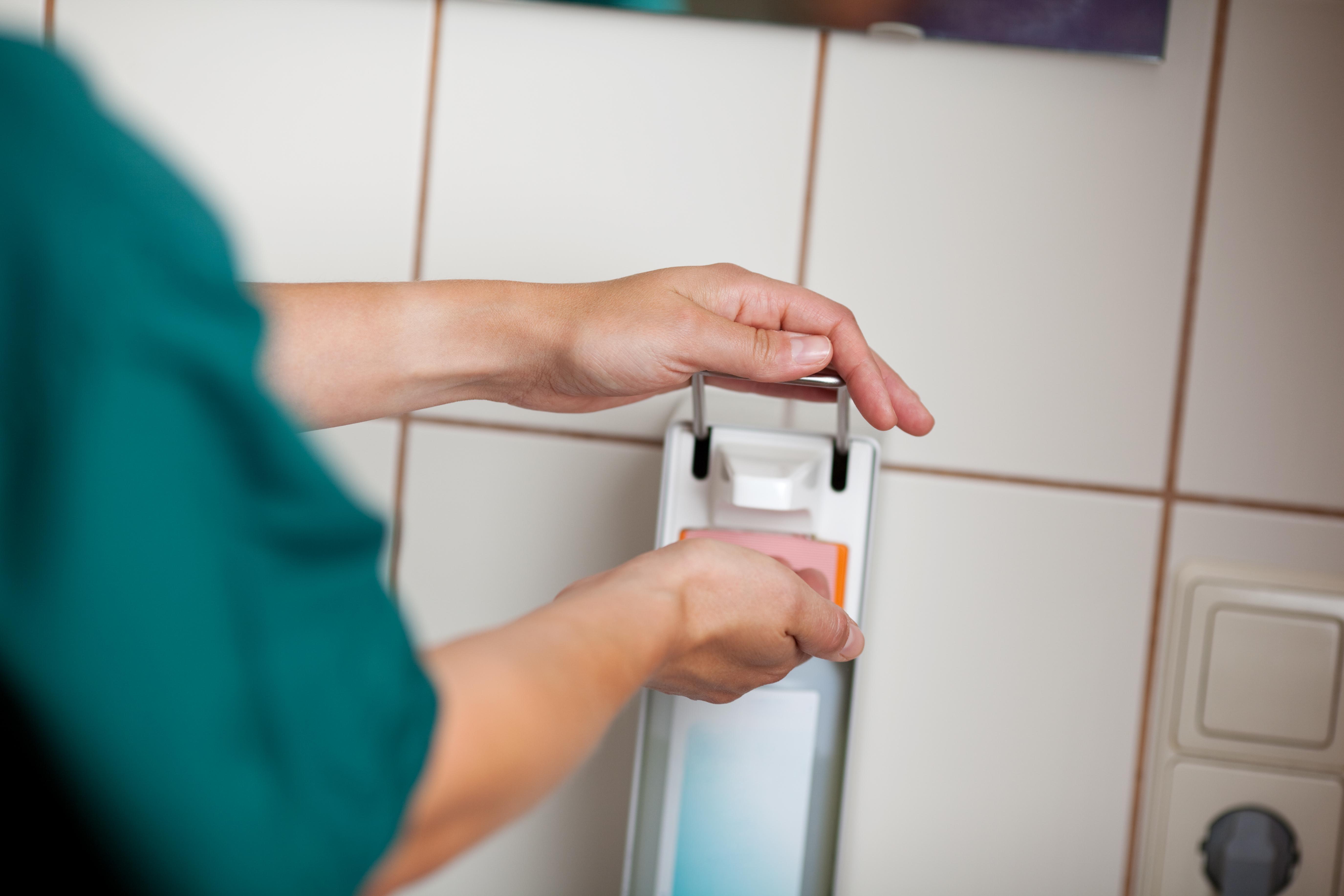 Den absolut viktigaste förebyggande åtgärden är god handhygien.