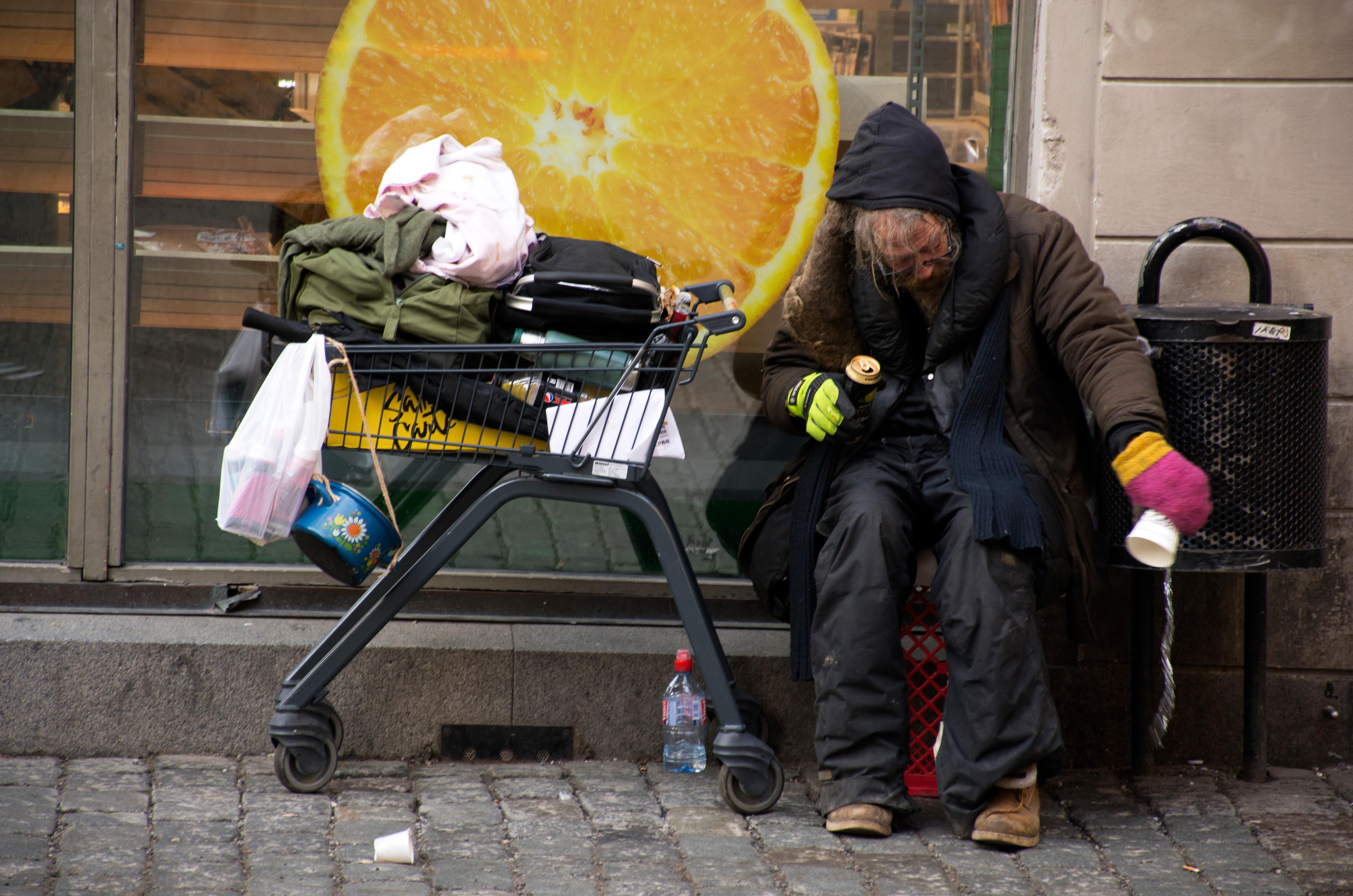 Bland äldre och svaga lever många som fattigpensionär eller faktiskt inte har något hem, säger Jeanette Höglund.