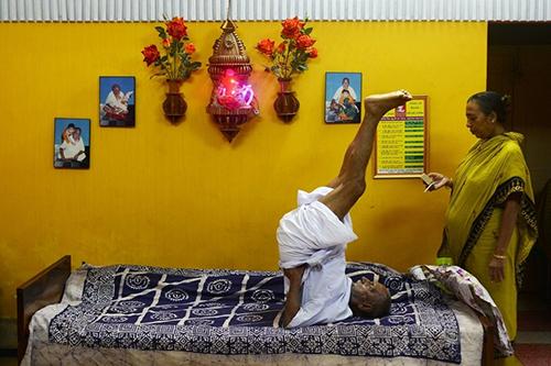 I Swami Sivanandas dagliga rutin ingår bland annat yoga.