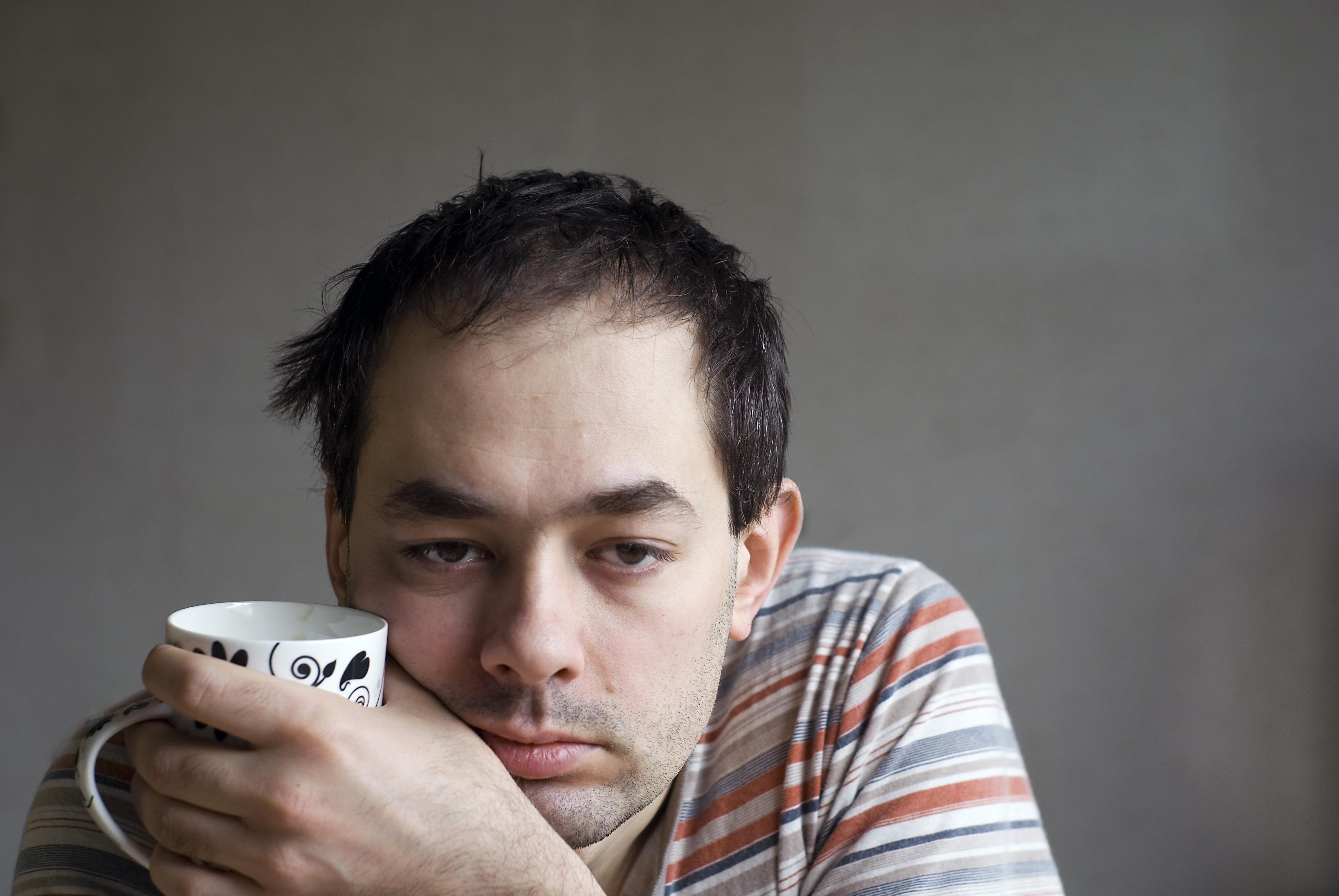 Hjärnforskaren Steven Miller menar att du får ut mest av ditt koffein om du väntar med att dricka morgonkaffet.