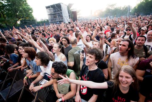 Öronproppar kan skydda örat mot skador mot höga ljud vid konserter. Foto: Nikola Spasenoski / Shutterstock.com