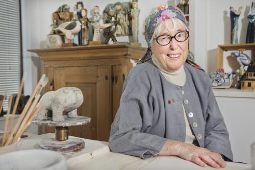Keramikern Lisa Larsson har haft lejon som inspiration när hon tillsammans med dottern Johanna formgivit årets pins för Hjärt- Lungfonden.