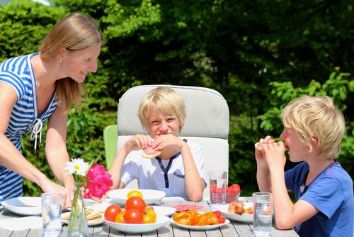 Enligt den nya studien minskade risken för övervikt hos barn som åt regelbundet åt med föräldrarna.