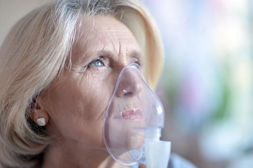 Sjukdomsbilden vid idiopatisk lungfibros innebär bland annat ihållande hosta och svår andfåddhet.