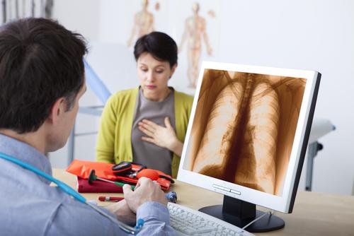 Den vanligaste bakteriella orsaken till lunginflammation är Streptococcus pneumoniae, även känd som pneumokocker.