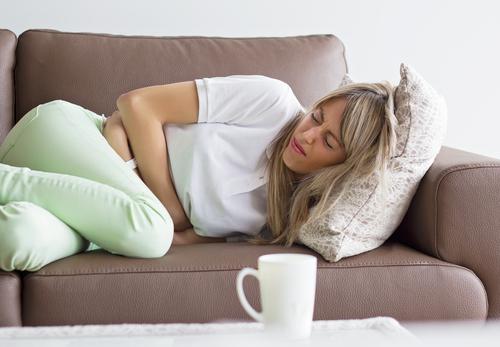 Vanliga symtom på magkatarr är att man upplever smärta eller obehag i magtrakten.