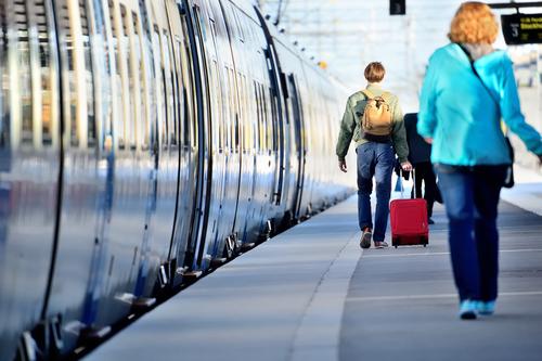 7 av 10 svenskar är positiva till att det införs rökförbud på hållplatser.
