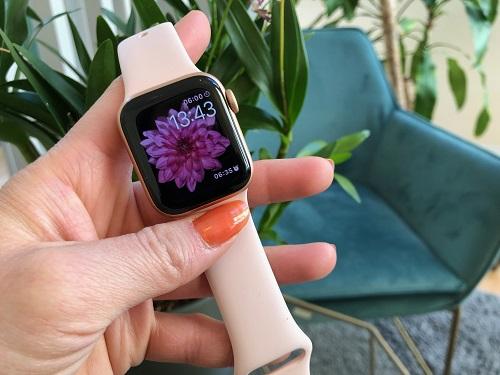 Apple Watch Series 4 är en smart klocka med tydlig hälsoprägel, fulltankad med smarta funktioner för att ge dig ett smartare och friskare liv.