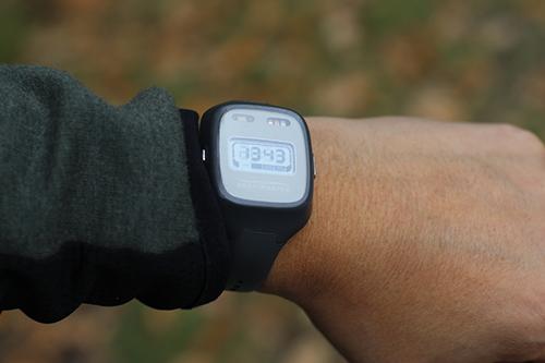 Deltagarna i studien ska dygnet runt, i en vecka, bära sensorer som mäter aktivitet och ljus. Klockan är en av två sensorer.