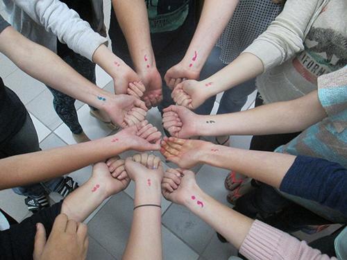 Att tatuera, eller måla, ett semikolon på armen är en del i kampanjen för att uppmärksamma och stå upp mot fördomar kring psykisk ohälsa.