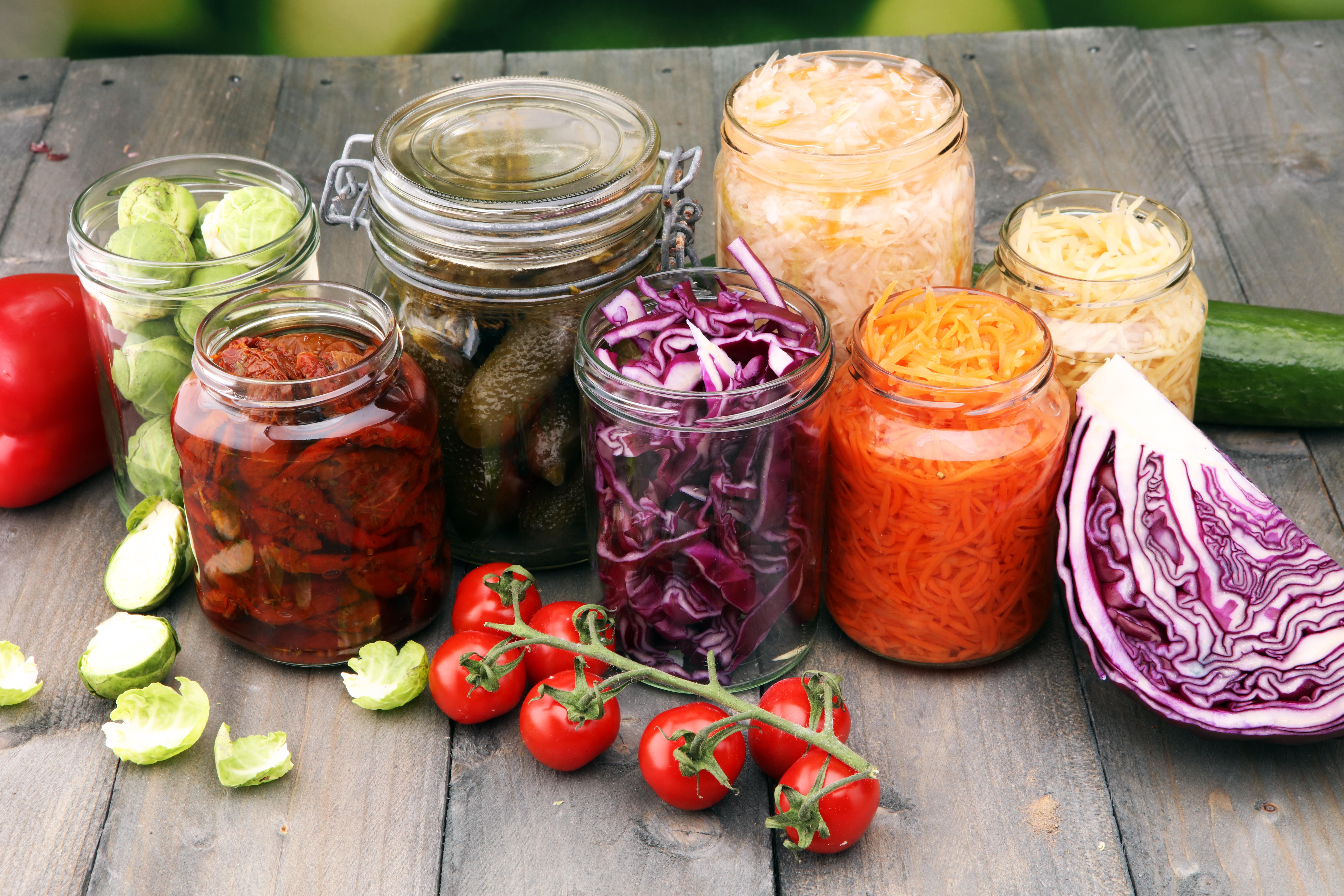 Syrade grönsaker påverkar bakteriefloran positivt och därmed kan vi må bättre.