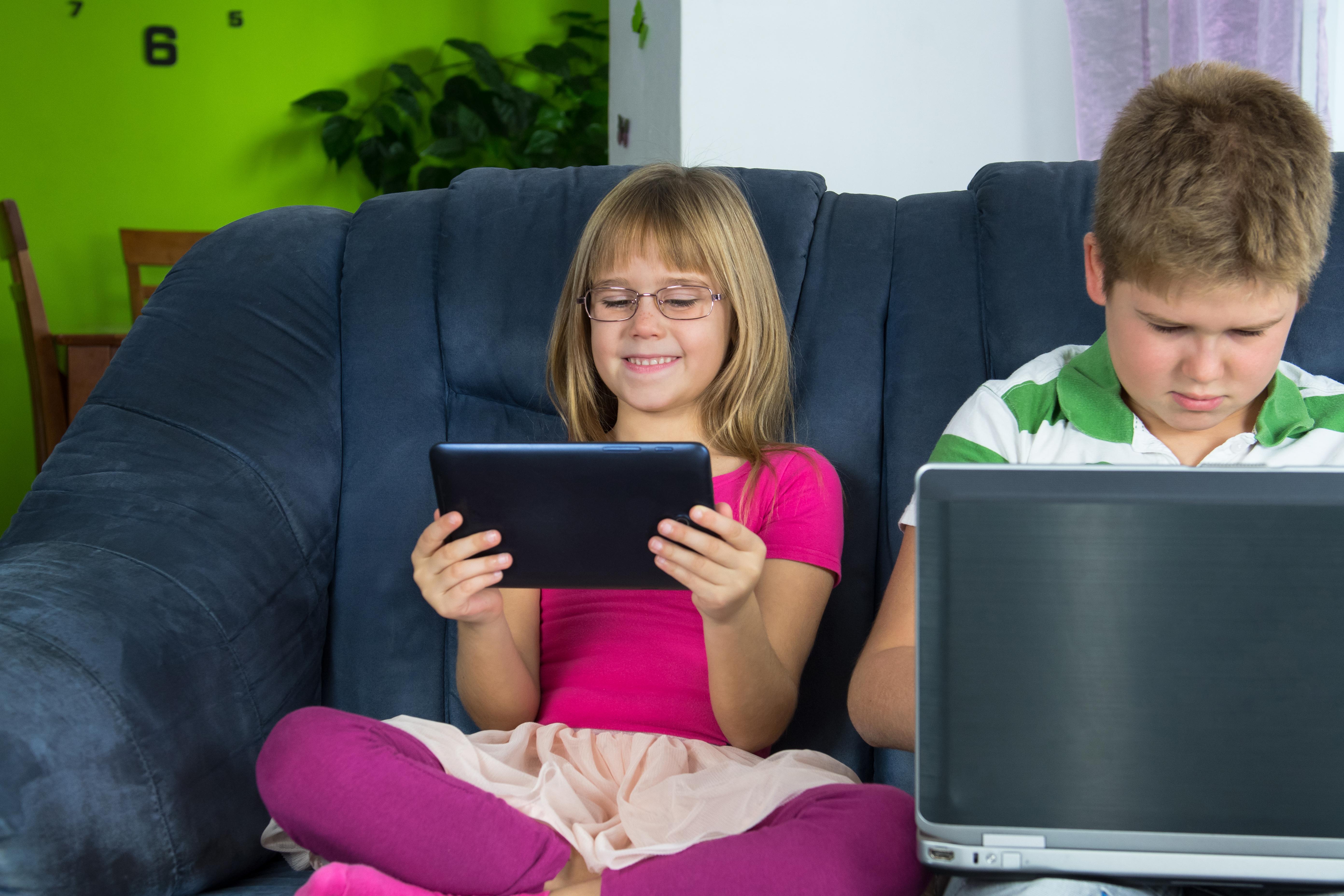 En finsk studie visar att det finns en koppling mellan mycket skärmtid och övervikt och bukfetma hos barn.
