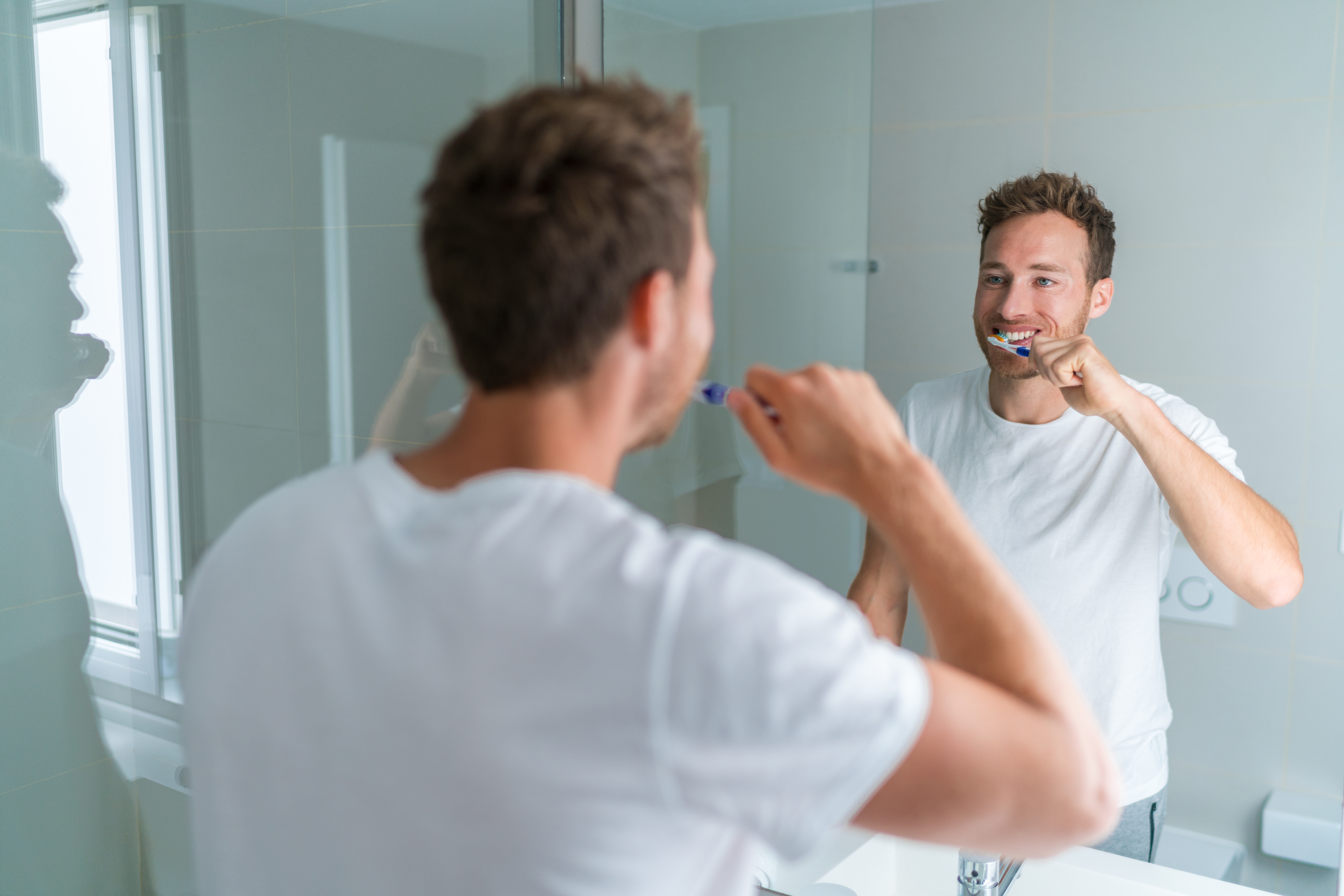 Förutom att borsta tänderna minst två gånger om dagen är det viktigt att hålla rent mellan tänderna.
