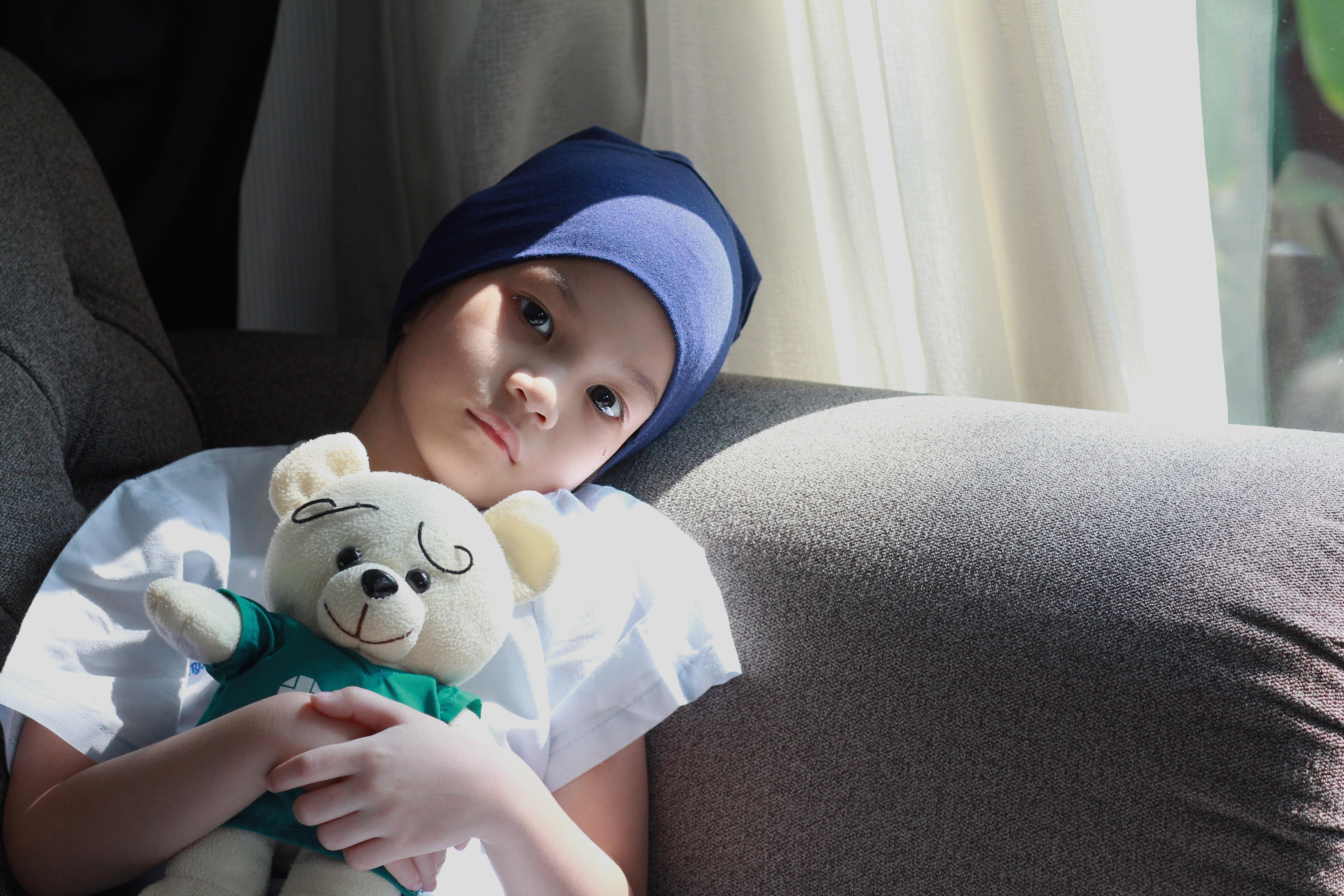 När barn insjuknar i cancer blir familj, vårdpersonal och kanske favoritgosedjuret ett viktigt stöd.