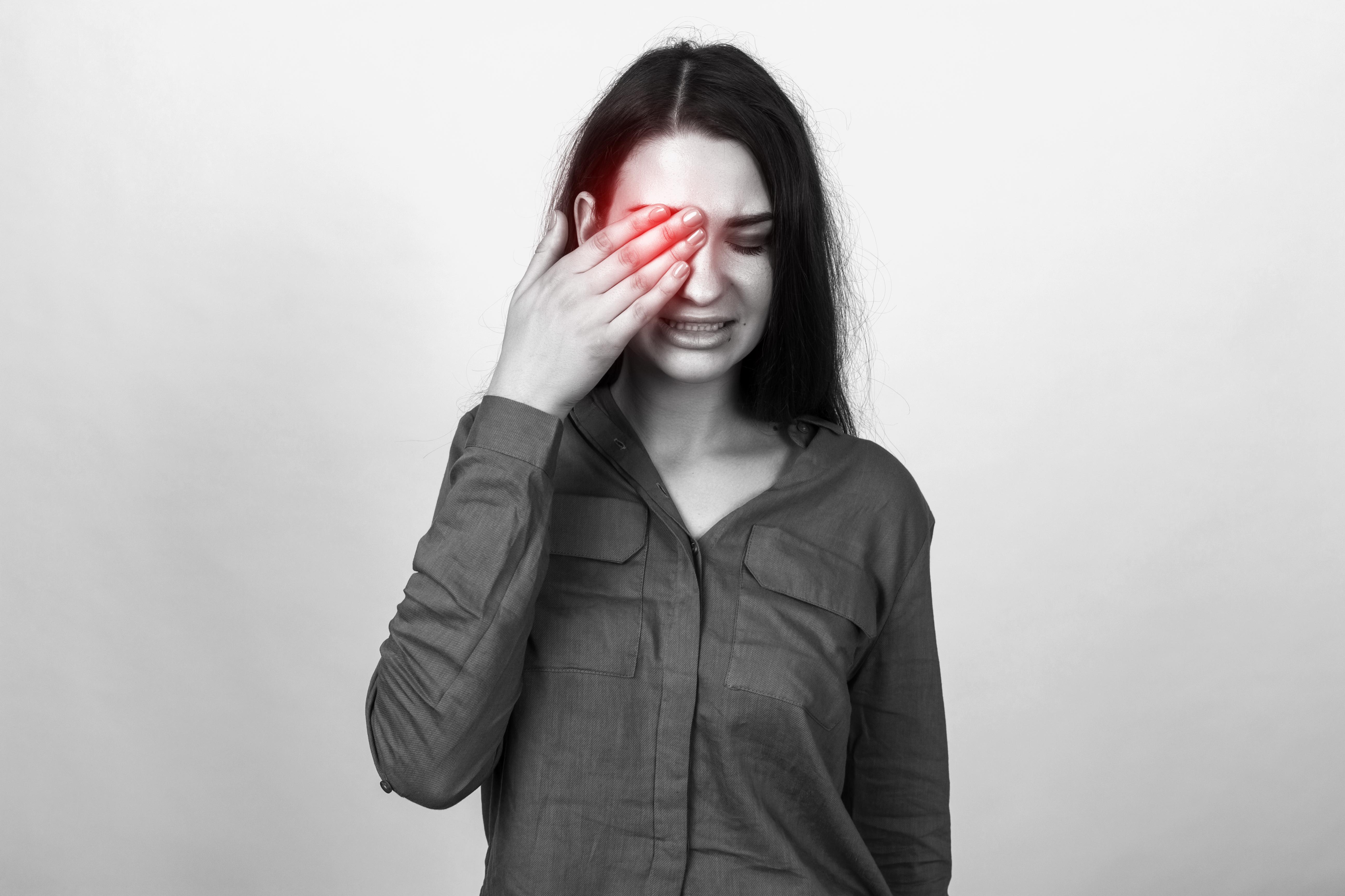 Hornhinneinflammation, keratit, är vanligtvis smärtsamt och drabbar oftast ett öga. Alla kan drabbas och orsaken varför det uppstår varierar.