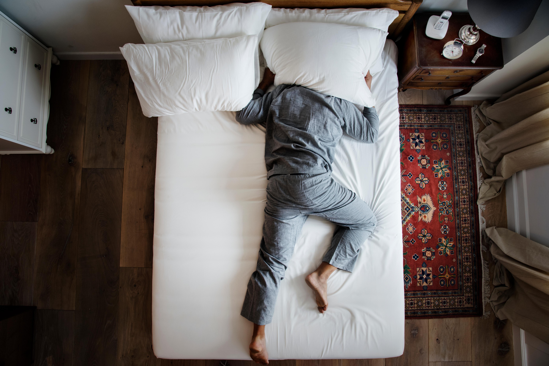 Rapporten bygger på 2 700 svar och visar att hela 74 procent har lidit av sömnproblem det senaste året.