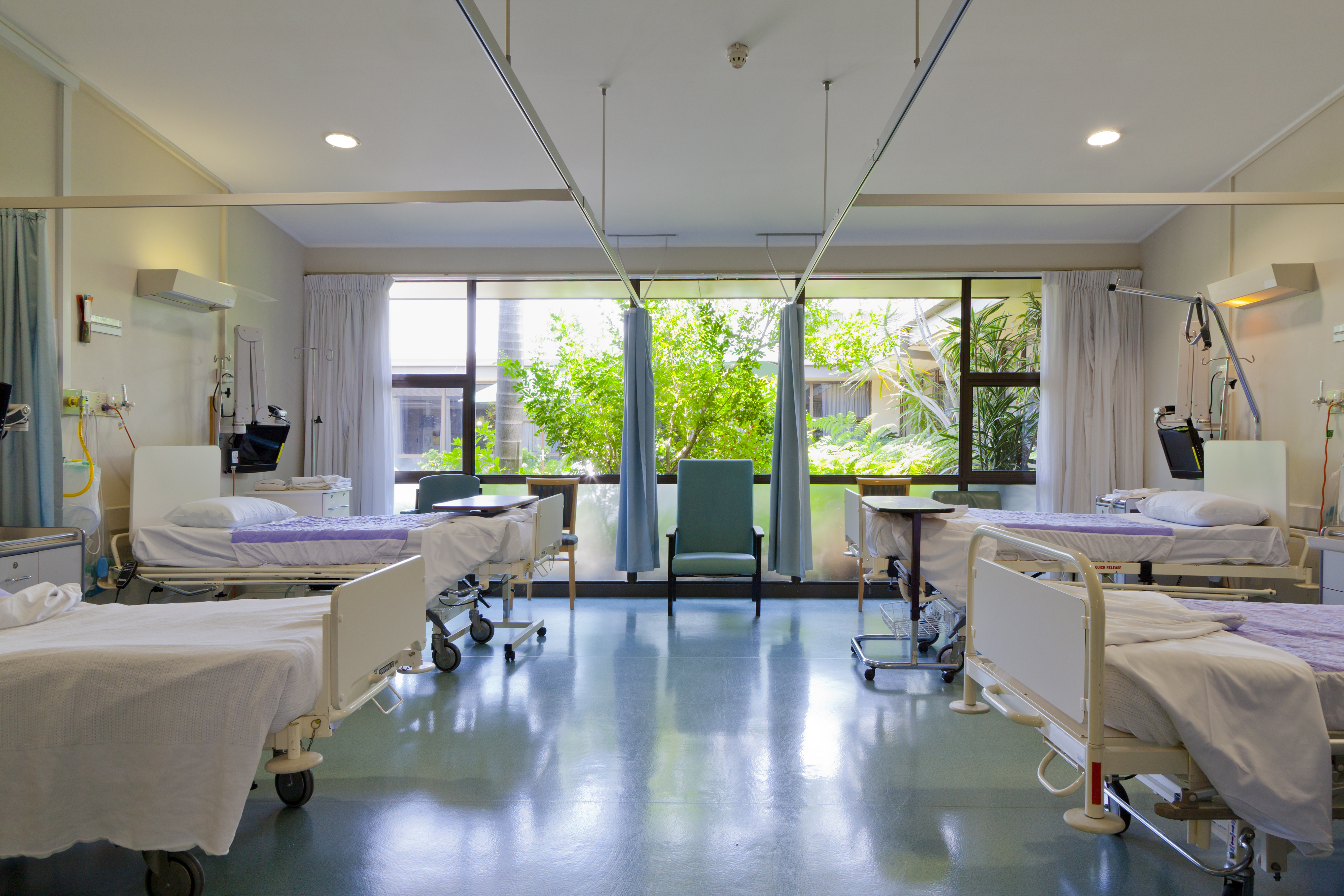 Närmare 5 000 vårdplatser förväntas hålla stängda på landet sjukhus under sommarveckorna, något som skulle kunna hota patientsäkerheten.