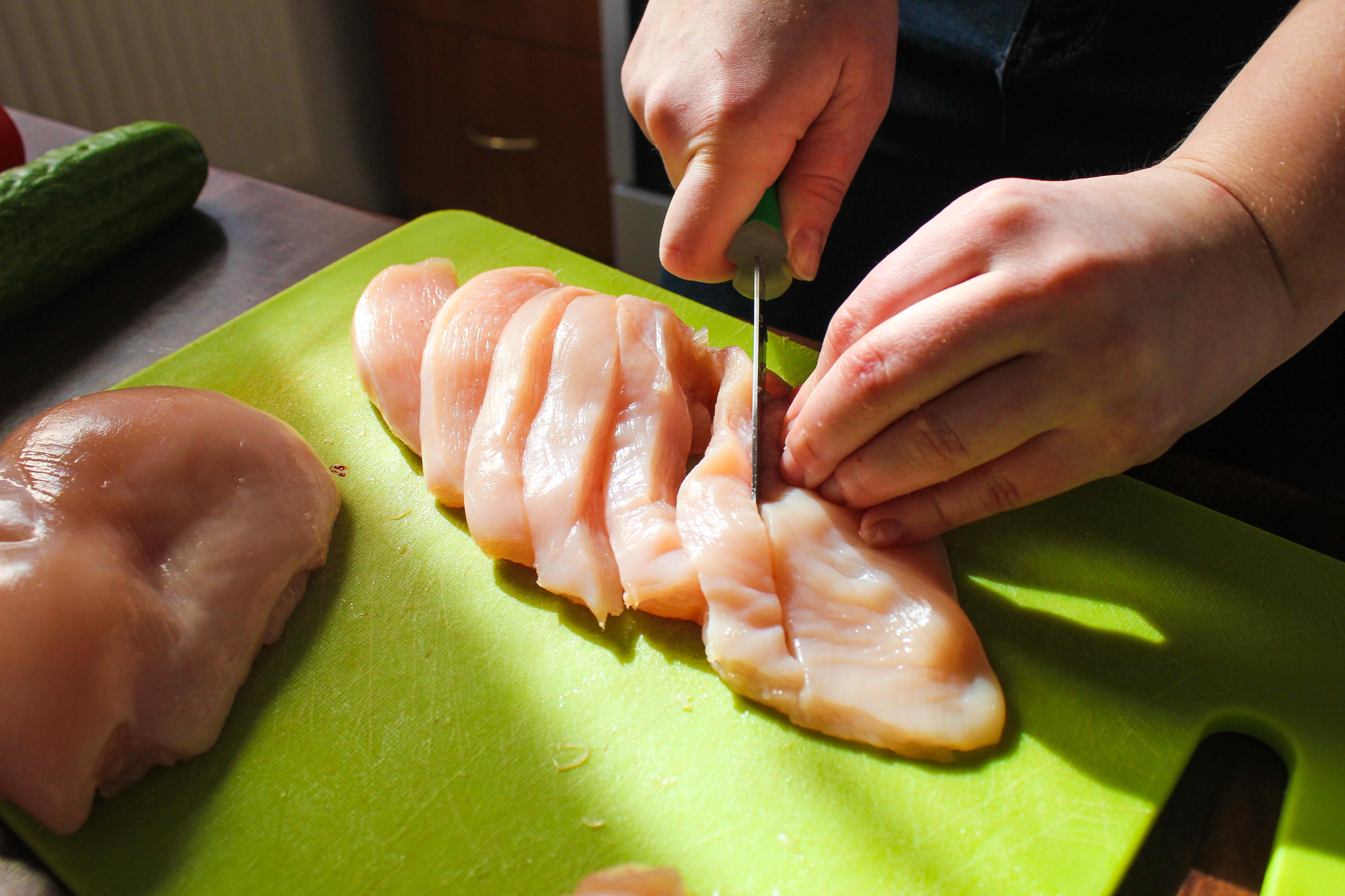 Den som följer Livsmedelsverket råd för hantering av rå kyckling kan minska sin risk att bli sjuk.
