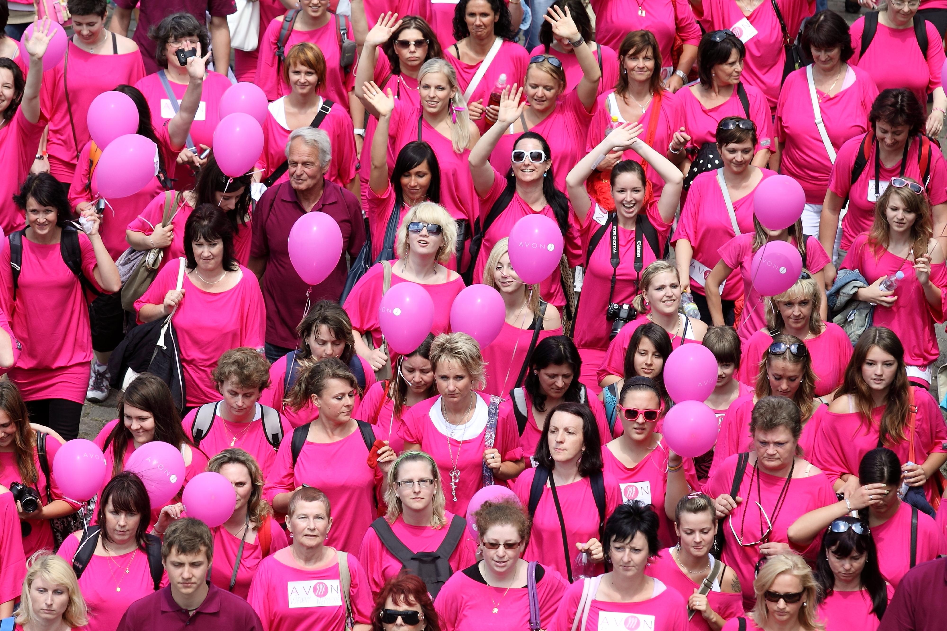 """Deltagare i ett liknande event, """"Avon walk for Breastcancer"""" i Prag förra året. Fotograf: Veronika Matejkova / Shutterstock.com"""