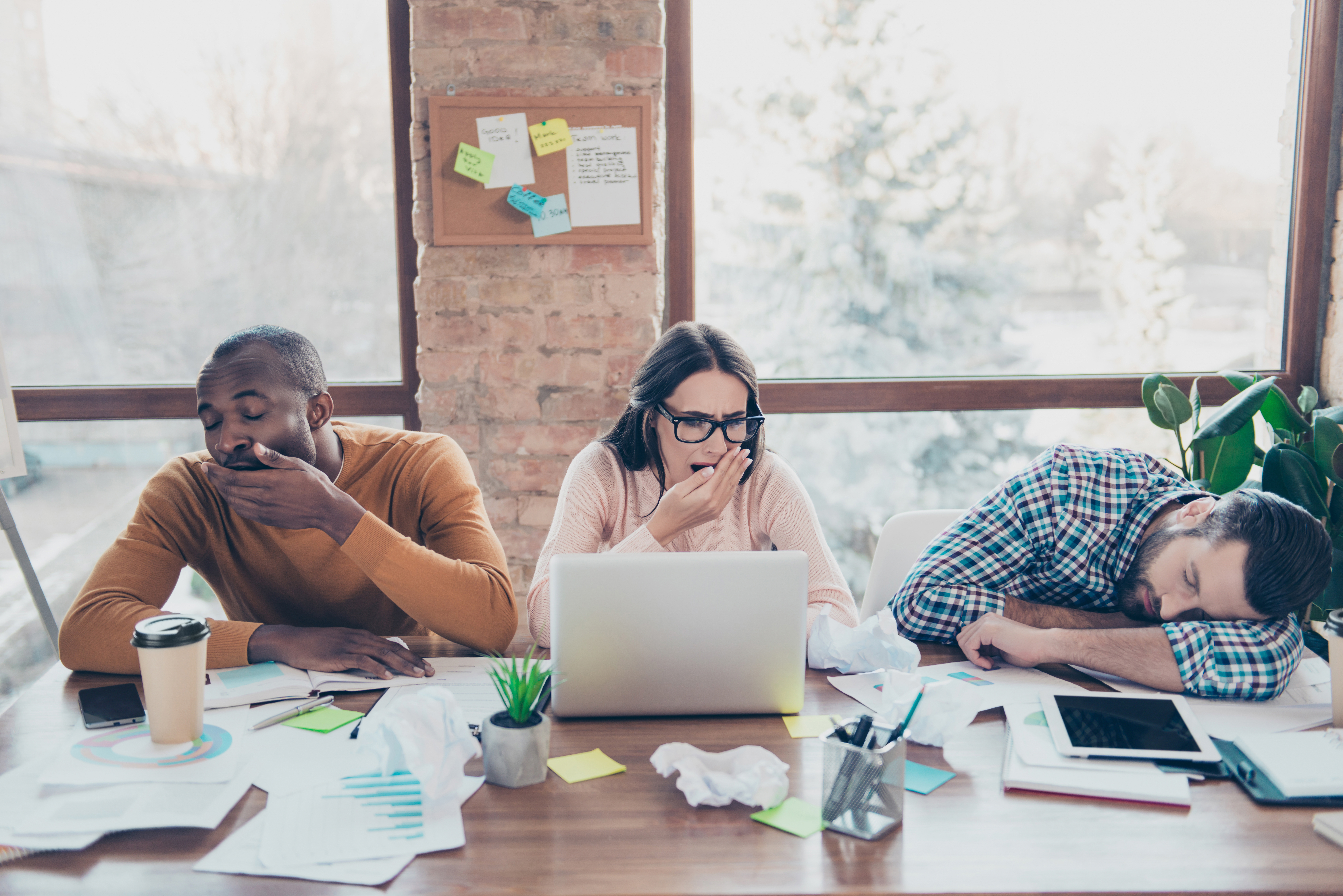 Sömnforskare Paul Kellys slutsats är att arbetsgivare och chefer som vill ha hälsosamma medarbetare bör senarelägga arbetsdagen.
