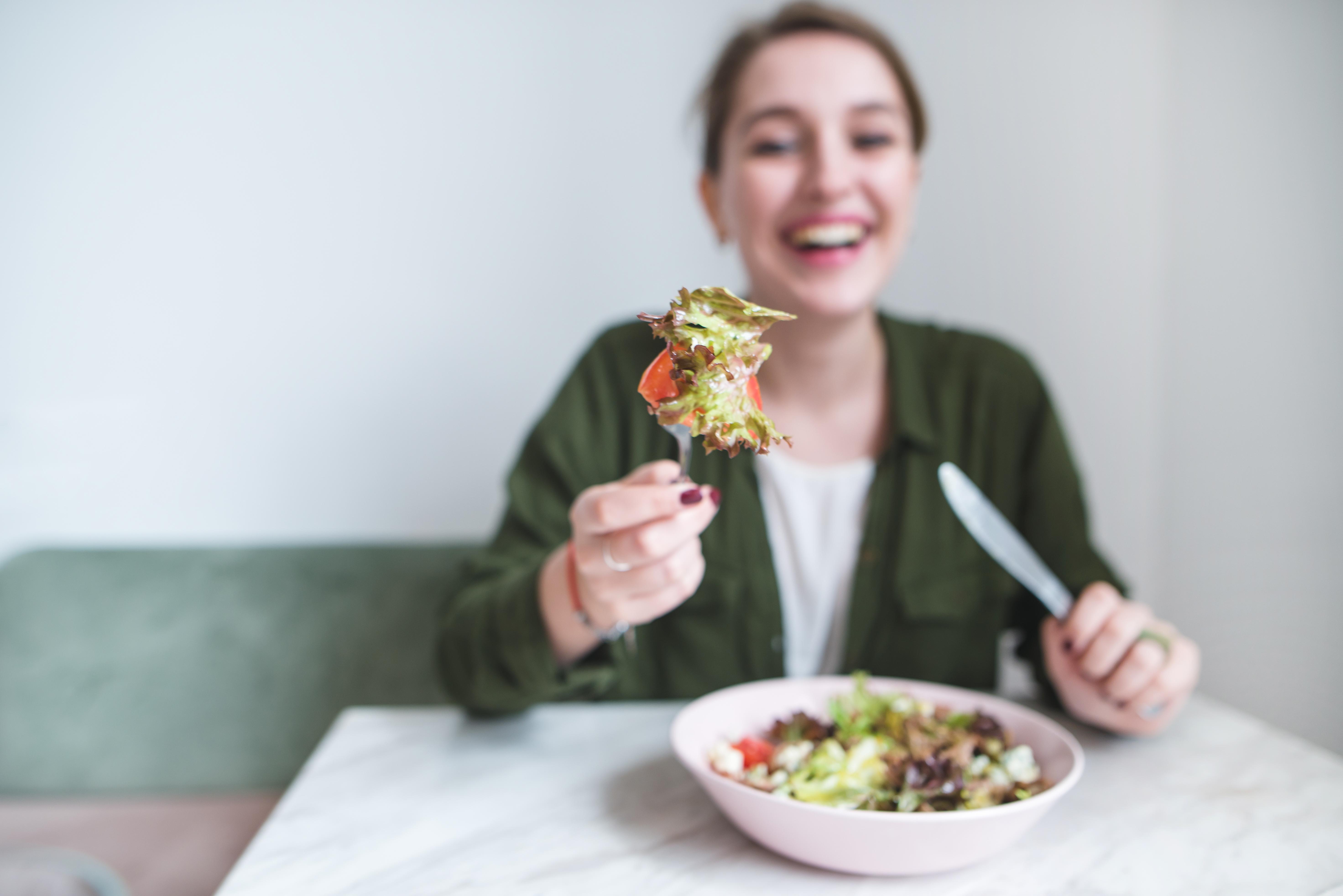 Unga personer verkar mer benägna att vilja lägga om sina matvanor till en mer hälsosam kost jämfört med äldre personer visar undersökningen.