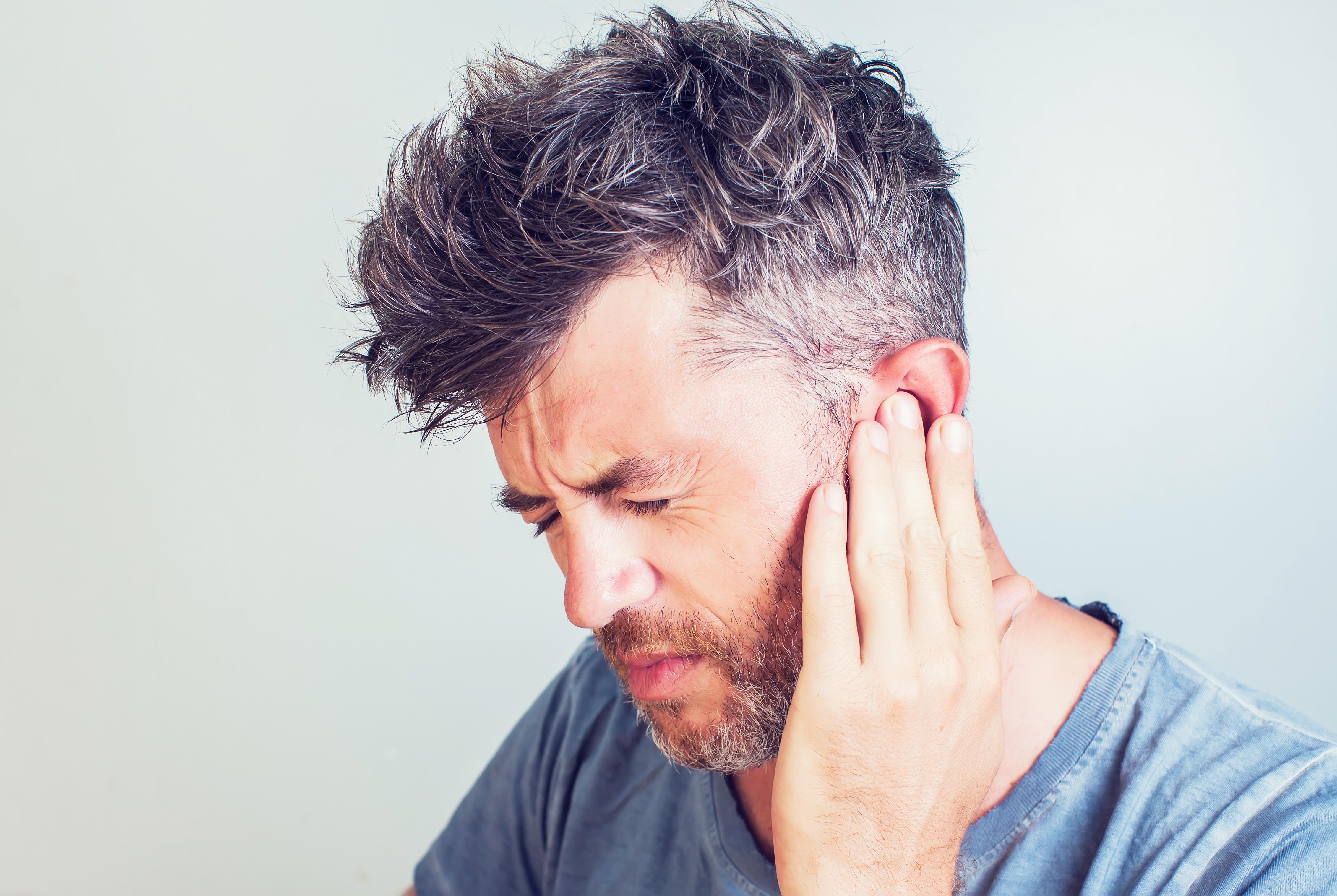 Vanliga symtom vid hörselgångsinflammation är bland annat klåda, irriation och värmekänsla.