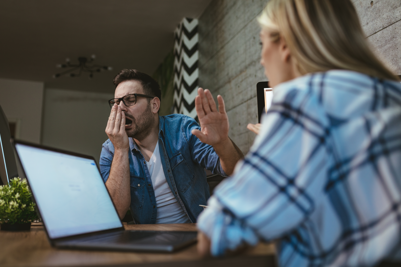 Den absolut vanligaste orsaken att man går till jobbet trots sjukdom är helt enkelt att man inte vill riskera att halka efter i sina arbetsuppgifter.