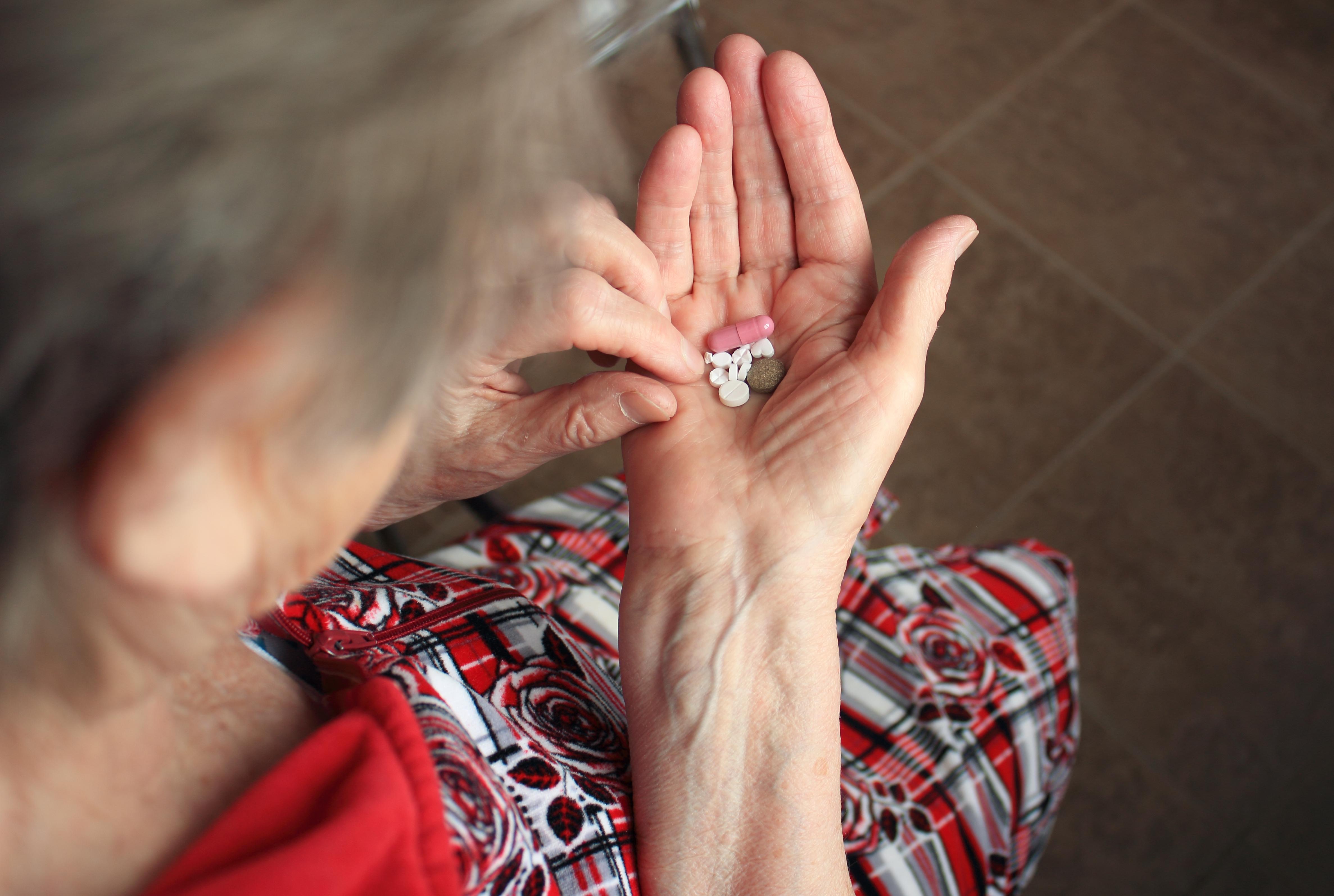 Du bör se över din läkemedelsbehandling så att den inte fortsätter av slentrian.
