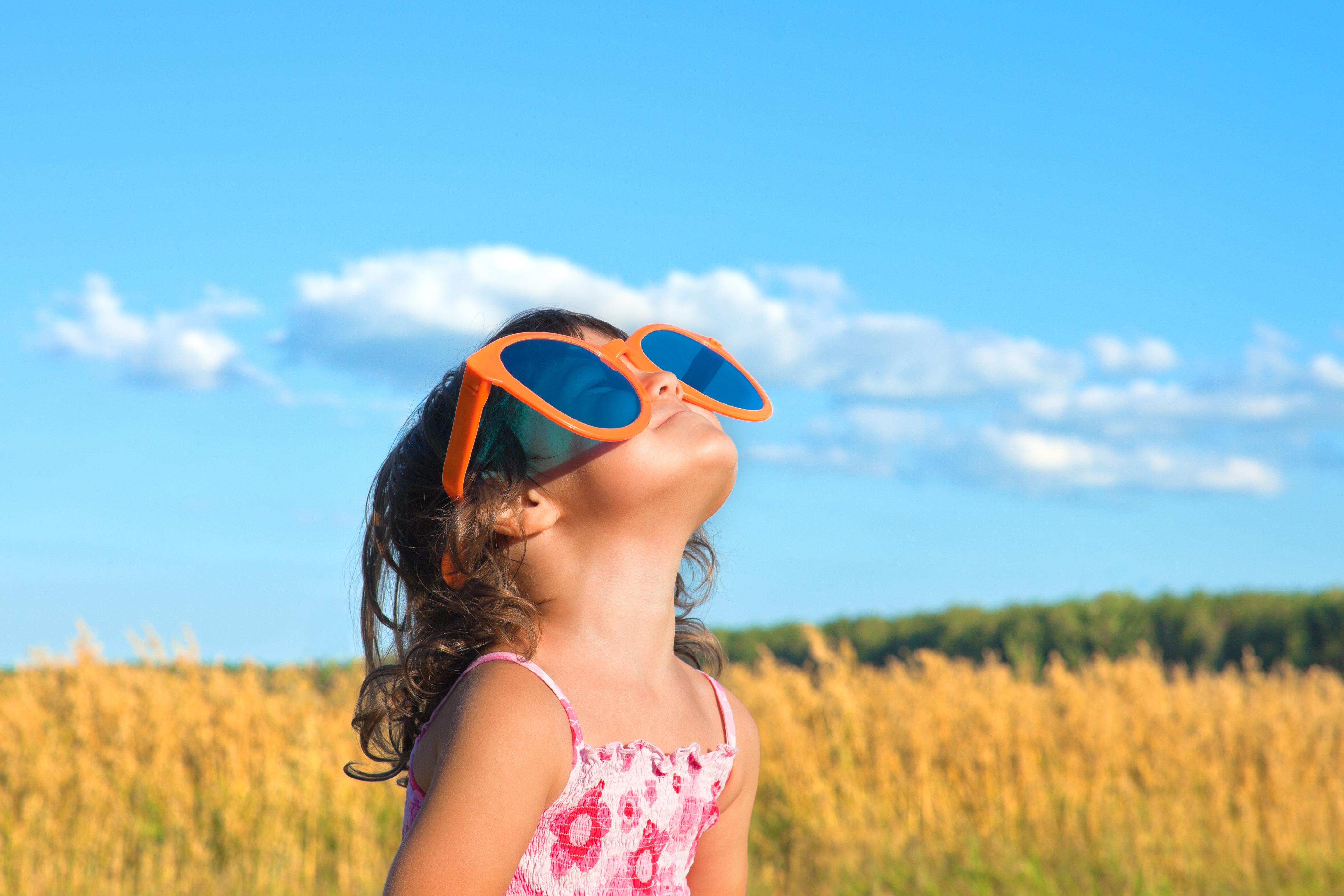Bästa skyddet är solglasögon med UV-skydd. Trots det har nära fyra av tio svenskar inte för vana att använda solglasögon en solig sommardag.
