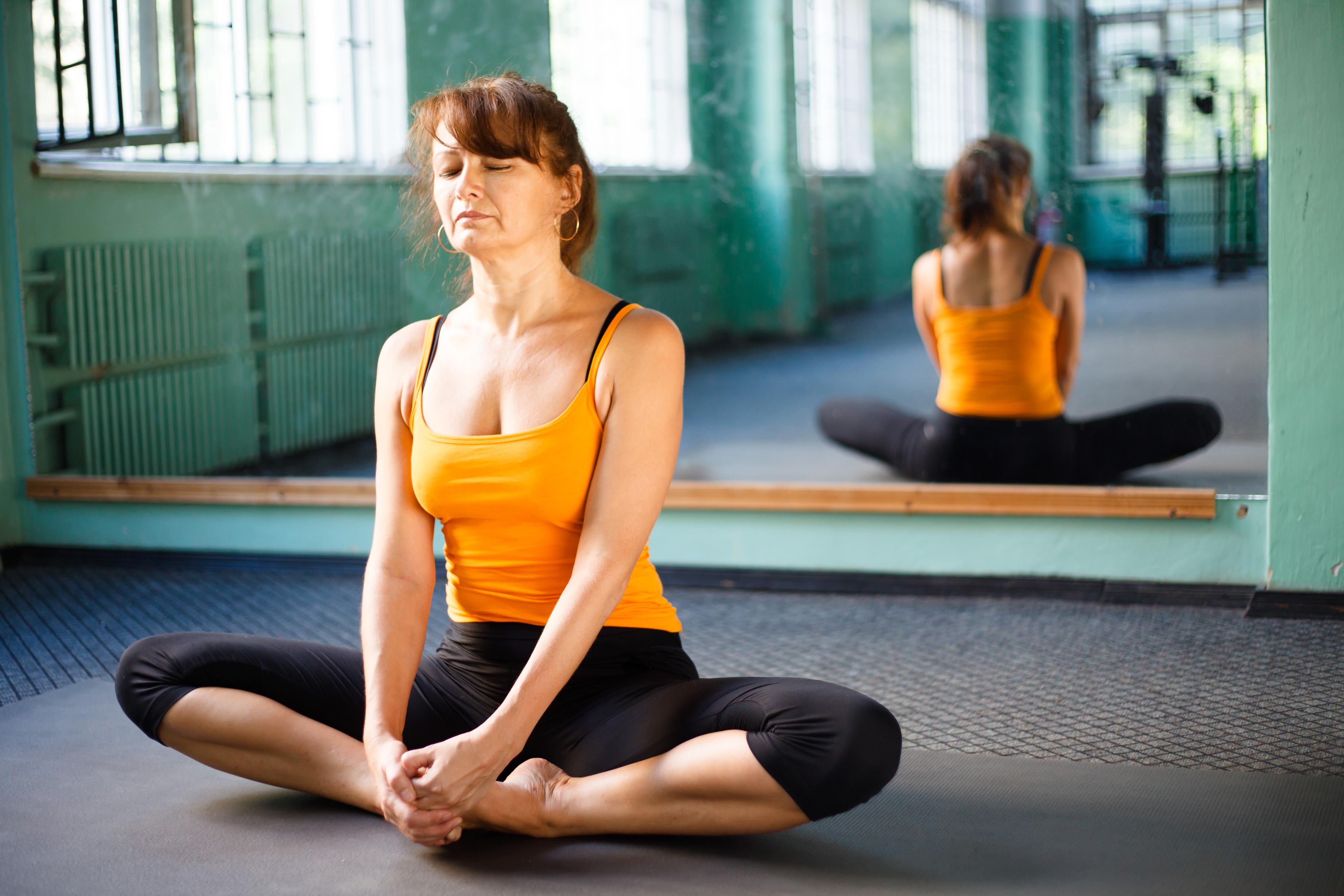 Studier visar på att regelbunden yoga, i kombination med god sjukvård, kan ge viktiga fysiska och psykiska hälsoeffekter hos artrospatienter.